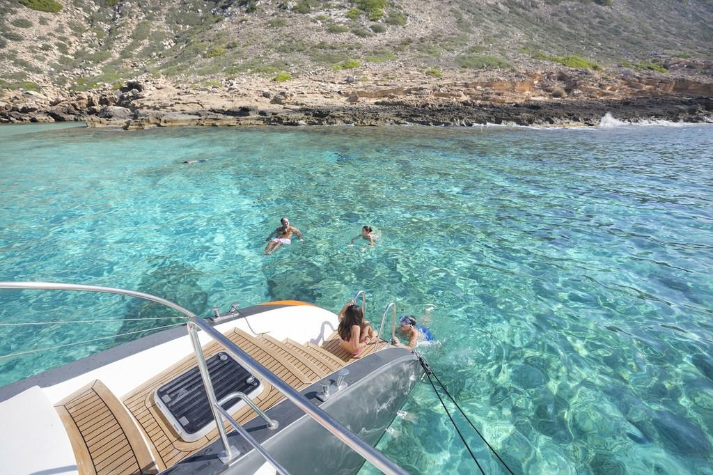 Salto al agua desde el catamarán Attraction