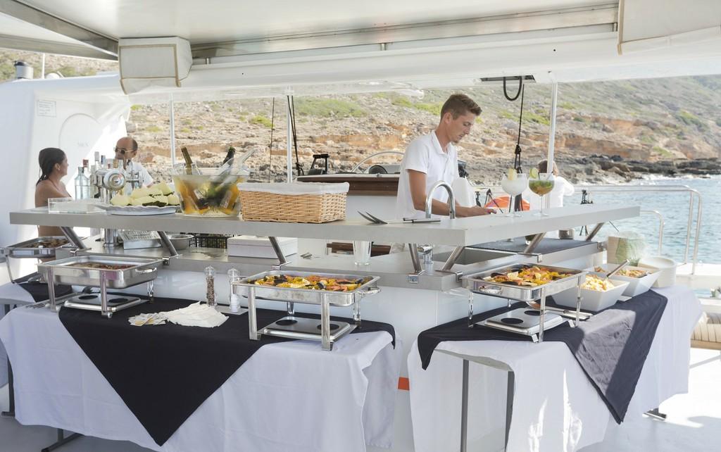 Relax y comida en el catamaran Attraction