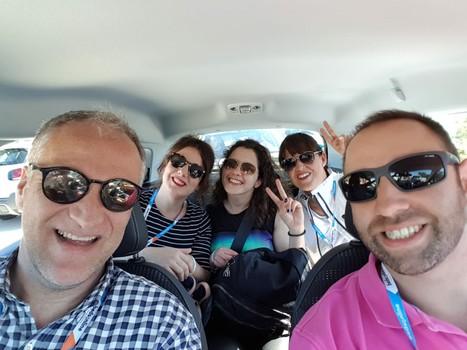 Funny group driveando