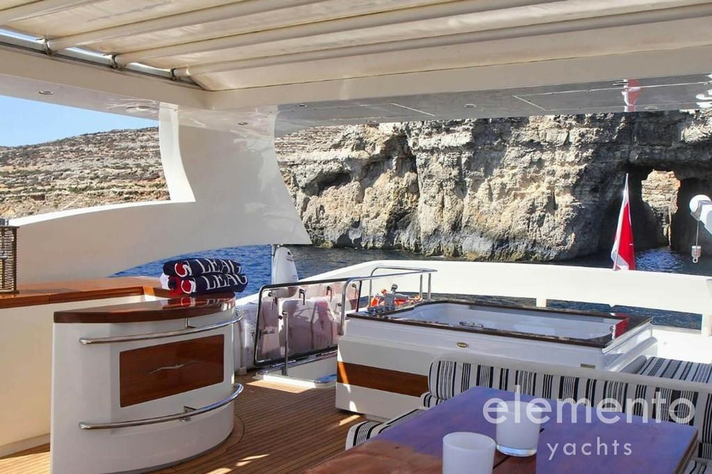 Yachtcharter auf Ibiza: Aicon 90 Flybridge mit Jacuzzi, Sofa und Außenküche.
