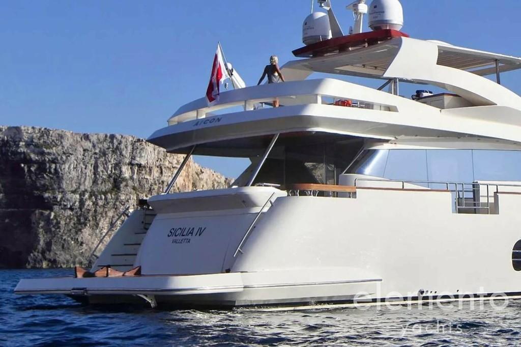 Yachtcharter auf Ibiza: Aicon 90 Heckbereich und Badeplattform.