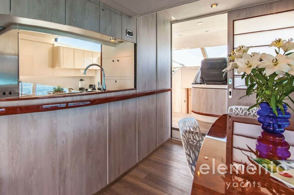 Yachtcharter auf Mallorca: Fairline Squadron 74 Küche.