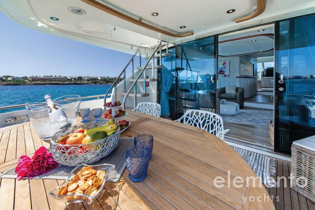 Yachtcharter auf Mallorca: Fairline Squadron 74 Heck Sitzecke mit Eingang zum Salon.