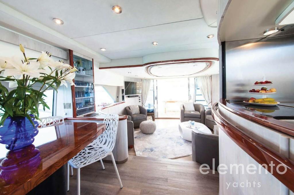 Yachtcharter auf Mallorca: Fairline Squadron 74 Küche und Salon.