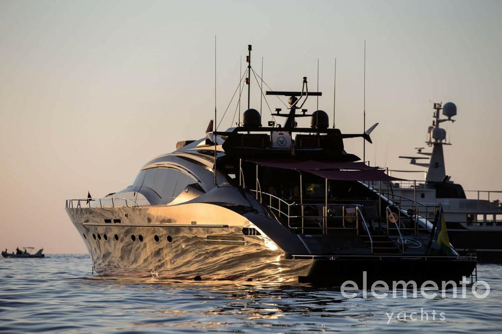 Yachtcharter auf Mallorca: Palmer Johnson 120 vor Anker im Sonnenuntergang.