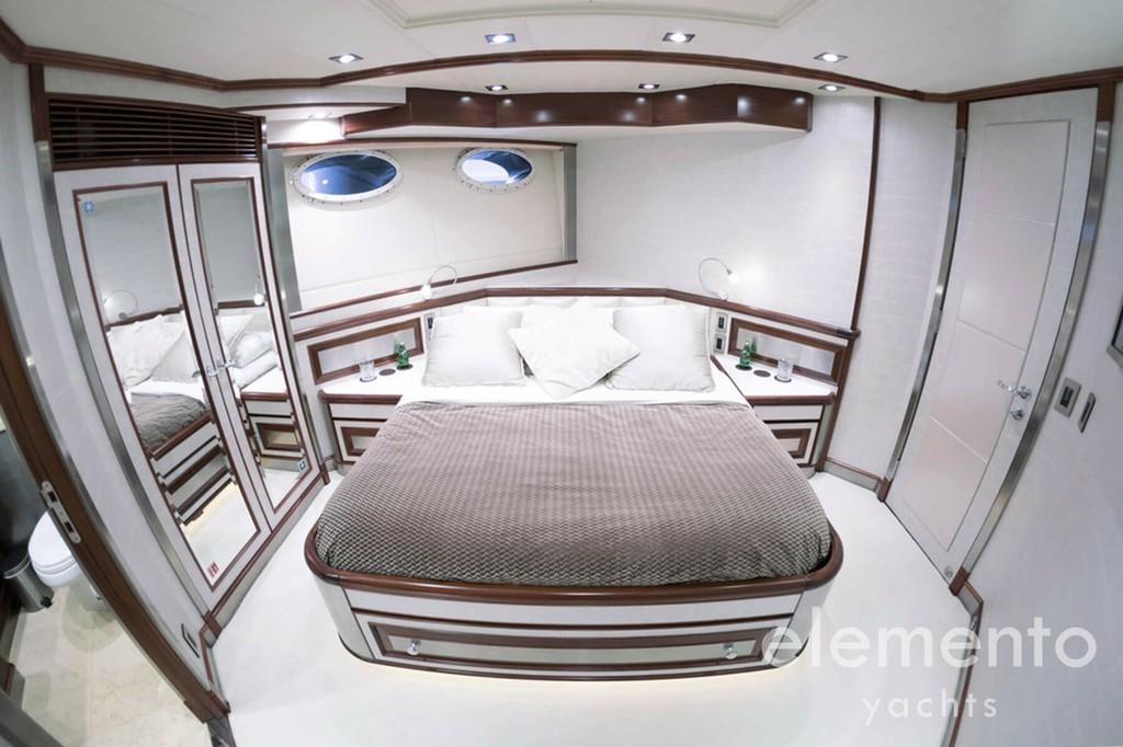 Yachtcharter auf Mallorca: Palmer Johnson 120 großzügige VIP Kabine.