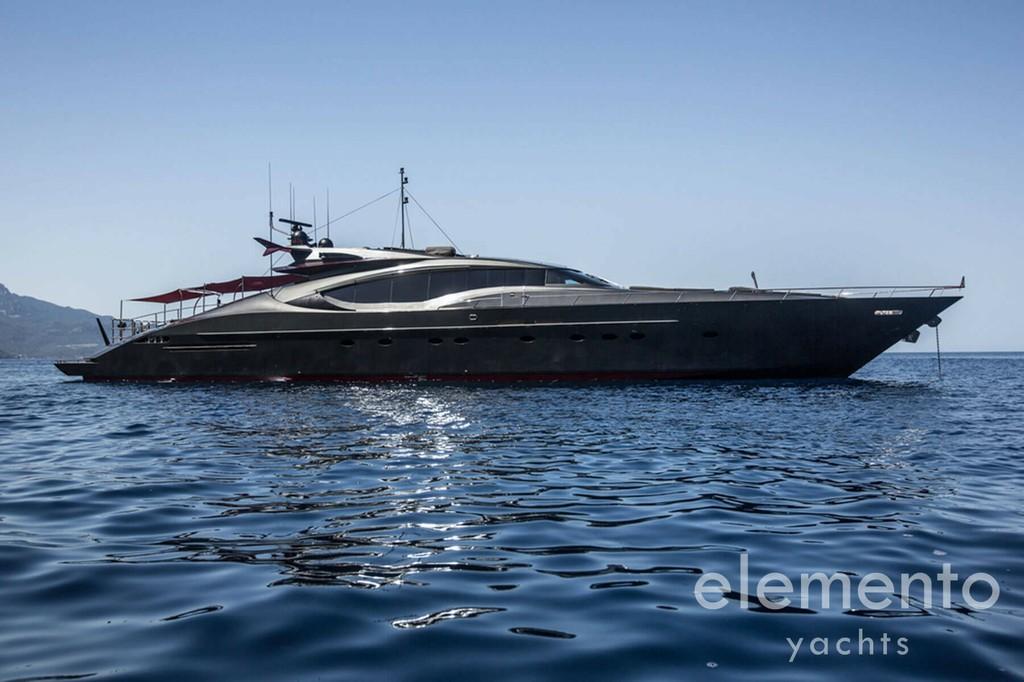 Yachtcharter auf Mallorca: Palmer Johnson 120 vor Anker Seitenansicht.