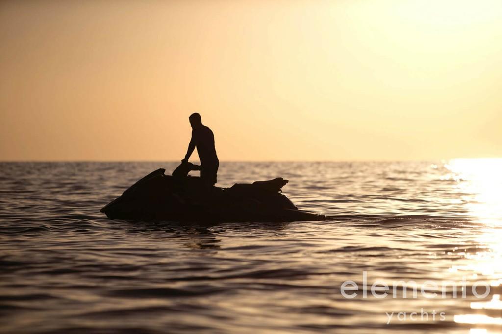 Yachtcharter auf Mallorca: Palmer Johnson 120 Jetski im Sonnenuntergang.