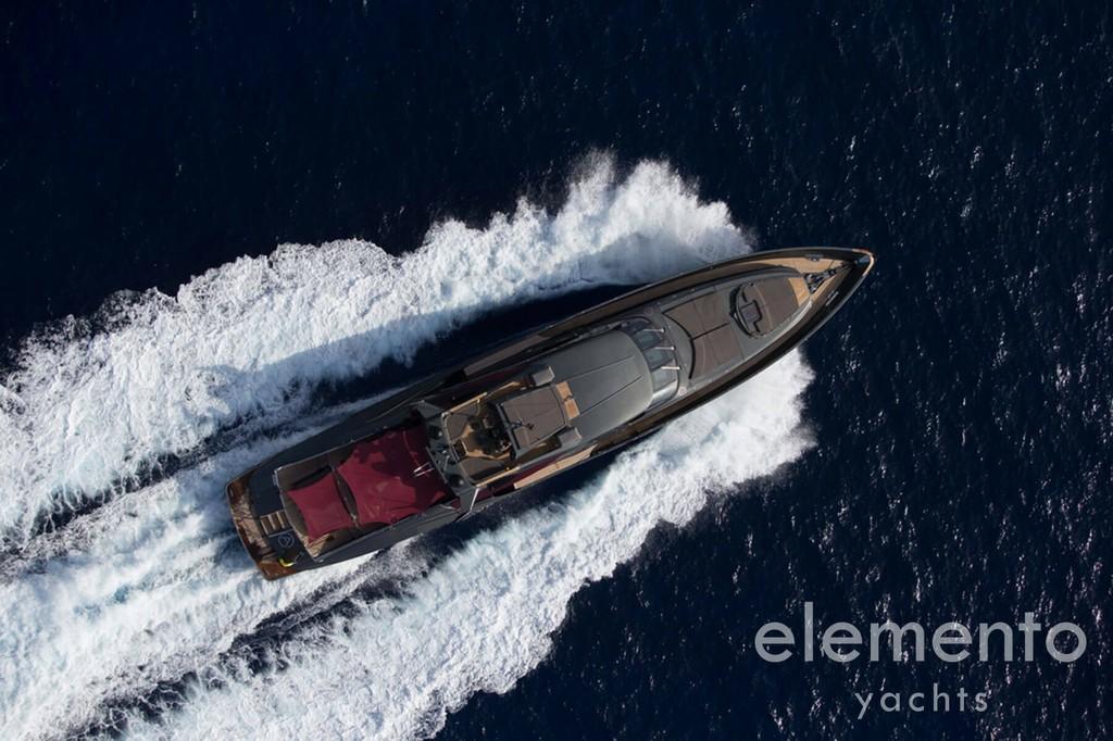 Yachtcharter auf Mallorca: Palmer Johnson 120 in Fahrt Draufsicht.