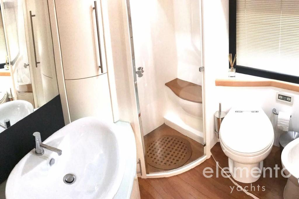 Alquiler de barcos en Mallorca: Pershing 76 segunda baño con ducha.