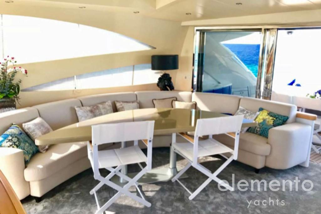 Alquiler de barcos en Mallorca: Pershing 76 mesa de comedor convertible en una cama.