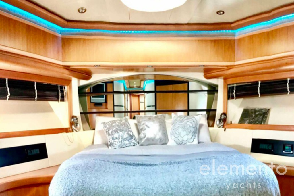 Yacht Charter in Majorca: Pershing 76 large VIP suite with bath.