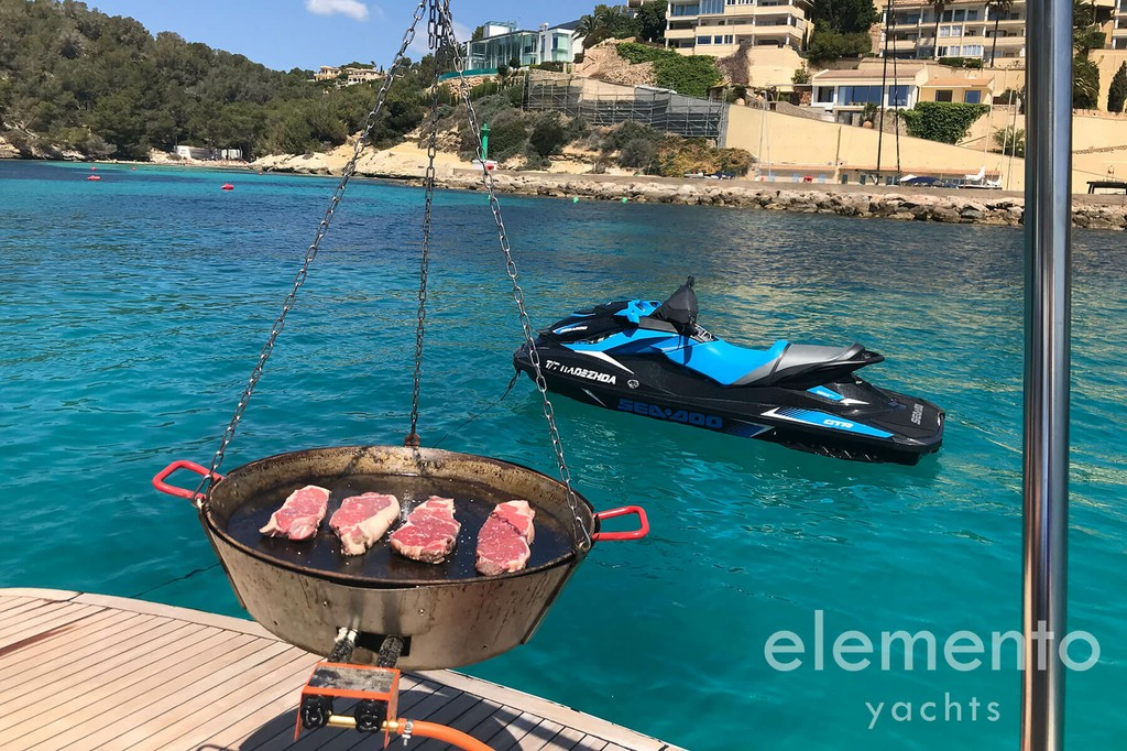 Yacht Charter in Majorca: Pershing 76 BBQ at the bathing platform and jetski.