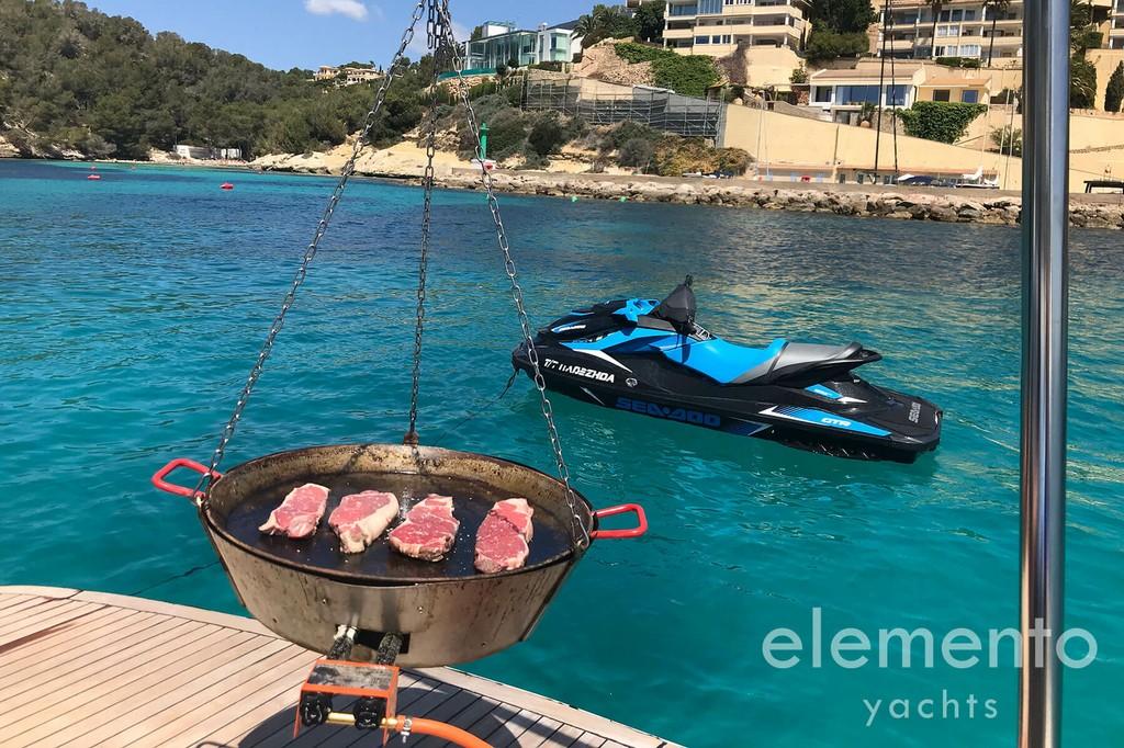 Alquiler de barcos en Mallorca: Pershing 76 barbacoa en la plataforma de baño y jetski.