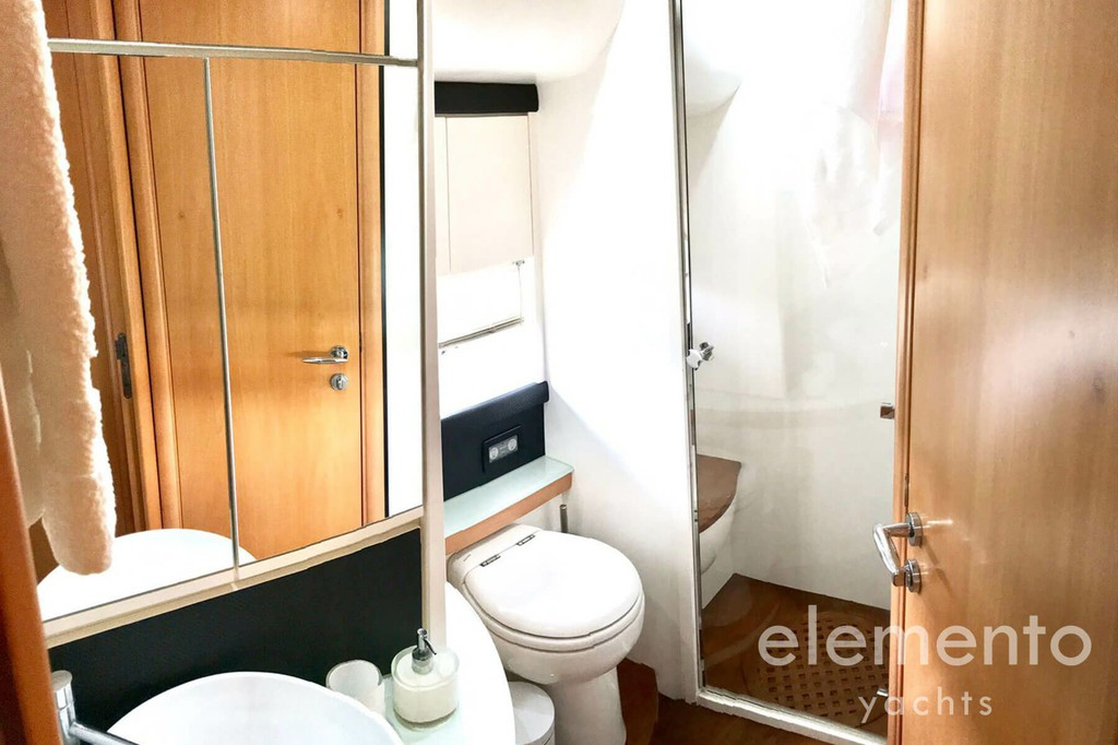 Yacht Charter in Majorca: Pershing 76 bath with shower.