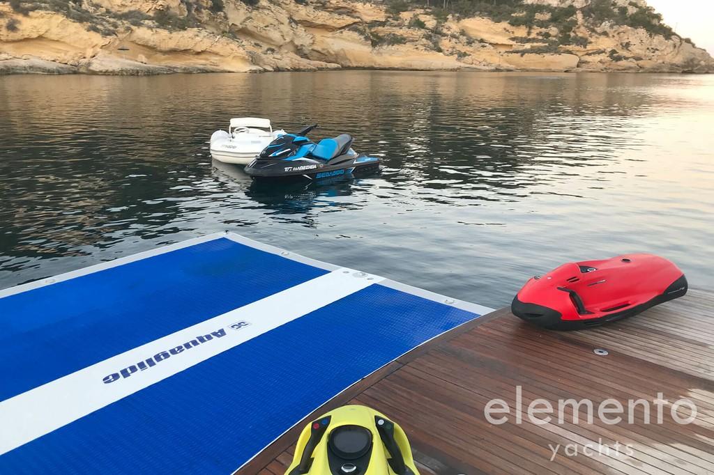 Alquiler de barcos en Mallorca: Pershing 76 Softdock en plataforma de baño.