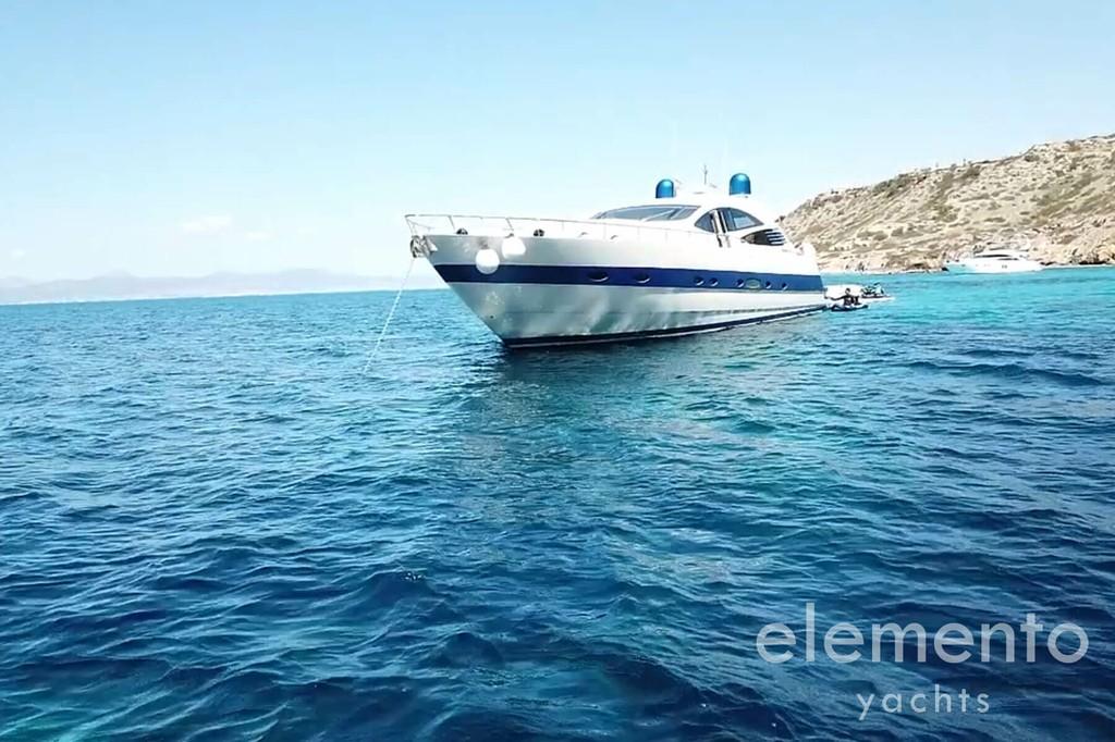 Alquiler de barcos en Mallorca: Pershing 76 fondeado.