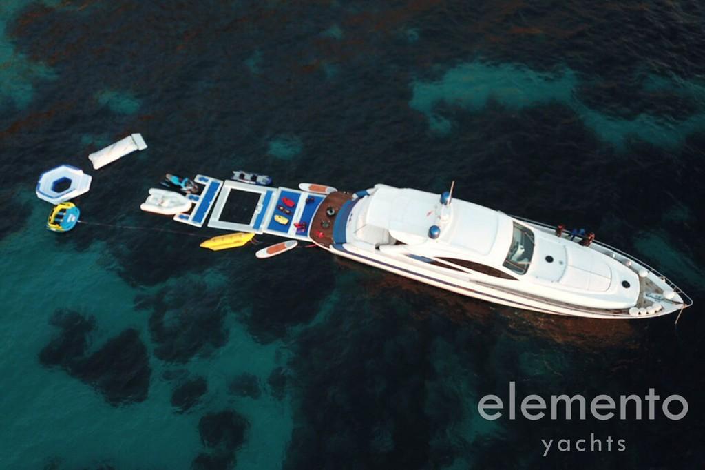 Alquiler de barcos en Mallorca: Pershing 76 yate y juguetes acuáticos desde arriba.