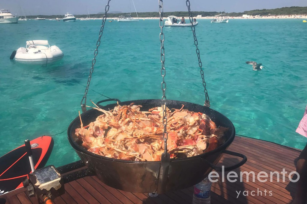 Alquiler de barcos en Mallorca: Pershing 76 barbacoa en la plataforma de baño.