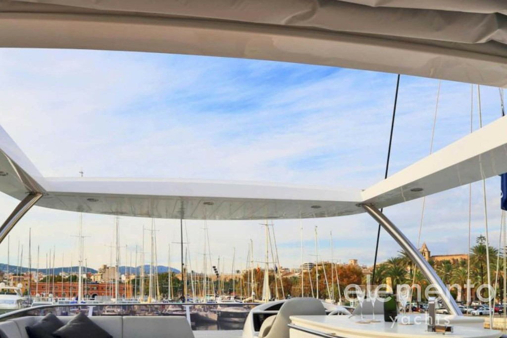Yacht Charter in Majorca: Sunseeker 75 bimini hardtop at the flybridge.