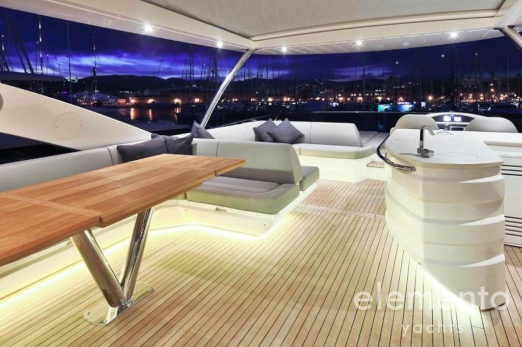 Yachtcharter auf Mallorca: Sunseeker 75 Flybridge mit Esstisch und Sofa.