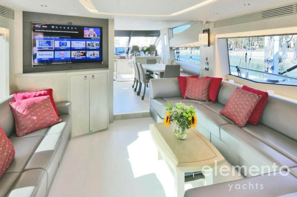 Yacht Charter in Majorca: Sunseeker 75 nice salon.