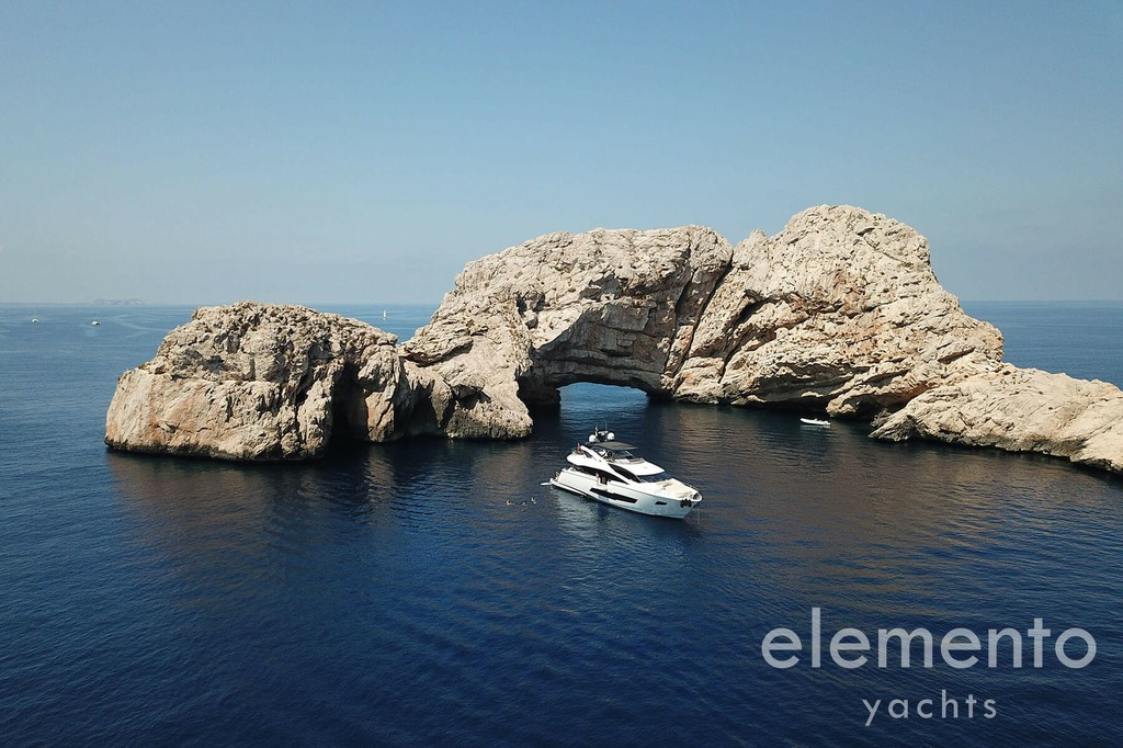 Yachtcharter auf Mallorca: Sunseeker 86 Yacht vor Anker.