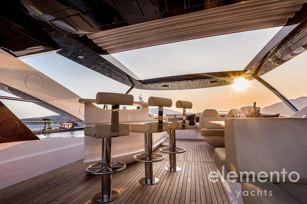 Yacht Charter in Majorca: Sunseeker 86 Yacht flybridge.