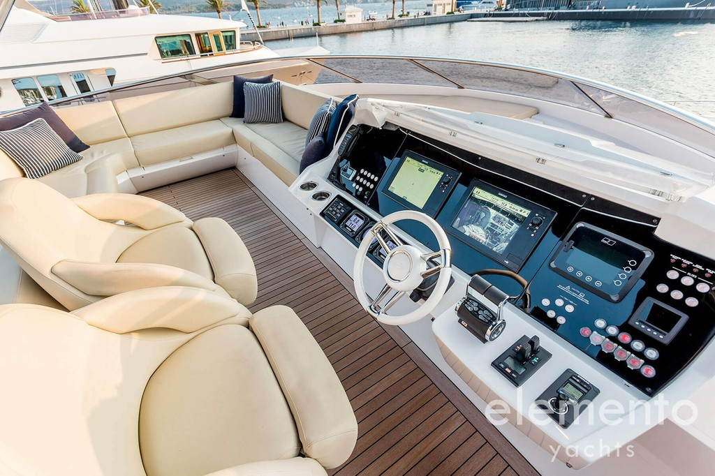 Yacht Charter in Majorca: Sunseeker 86 Yacht helm station at the flybridge.