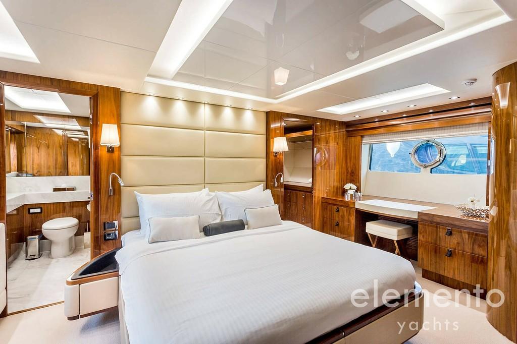 Yachtcharter auf Mallorca: Sunseeker 86 Yacht beeindruckende Master Kabine mit Bad en Suite.