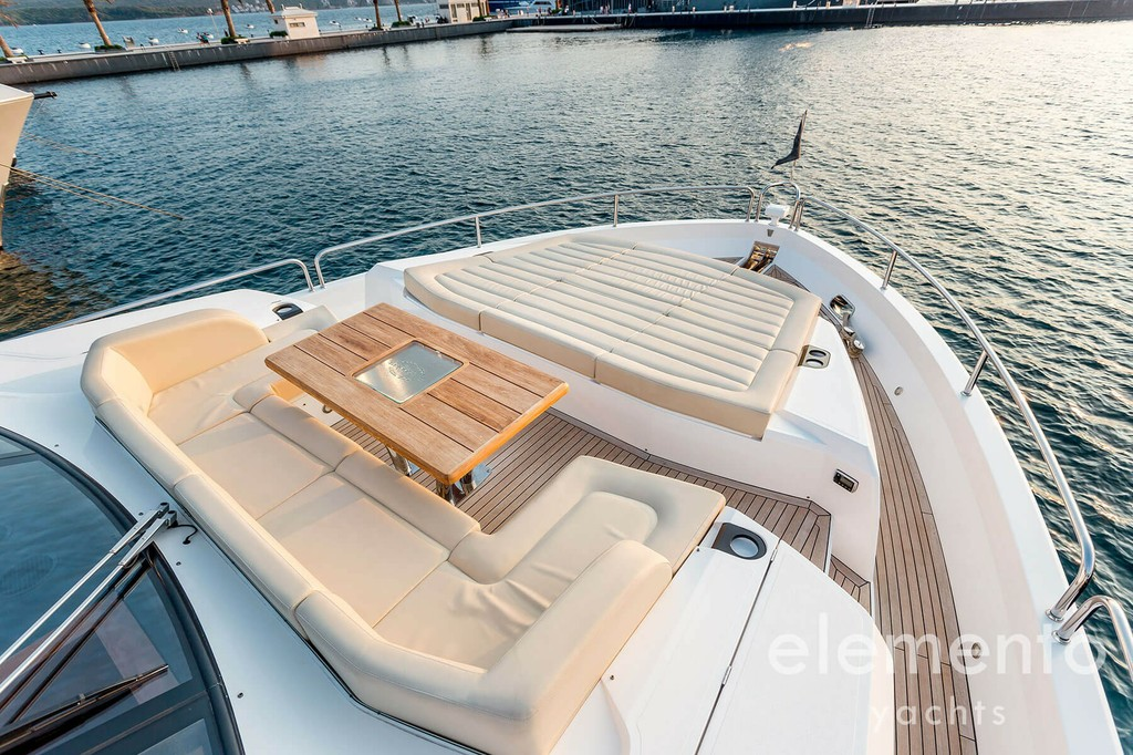 Yachtcharter auf Mallorca: Sunseeker 86 Yacht Bug Bereich.