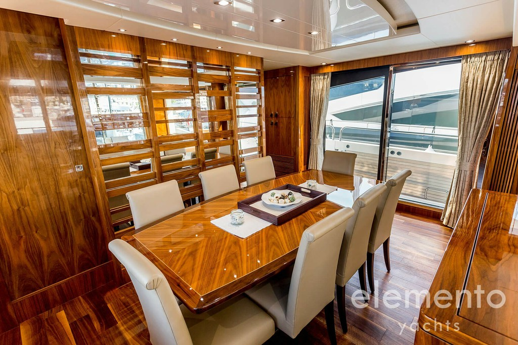 Yacht Charter in Majorca: Sunseeker 86 Yacht dining area in the salon.