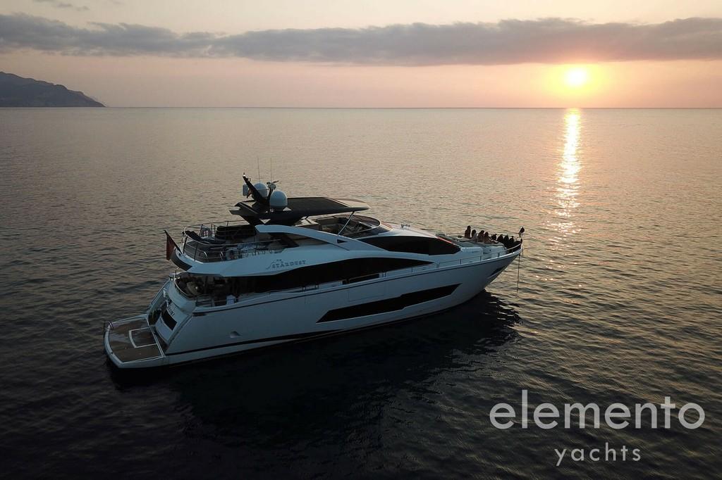 Yachtcharter auf Mallorca: Sunseeker 86 Yacht vor Anker am Abend.