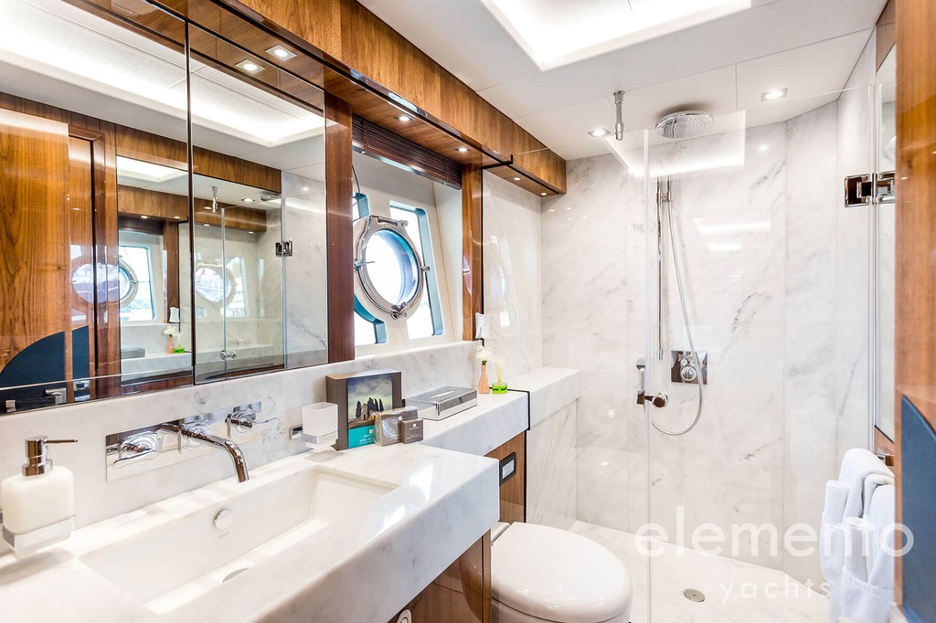 Yacht Charter in Majorca: Sunseeker 86 Yacht nice bathroom.