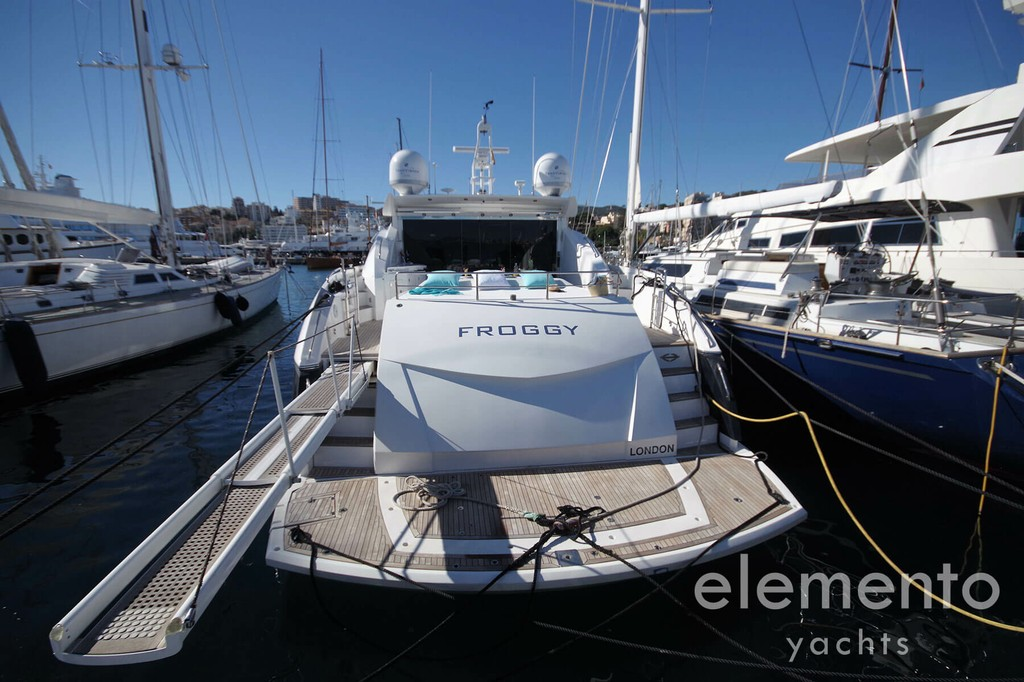 Yacht Charter in Majorca: Sunseeker Predator 82 large bathing platform.