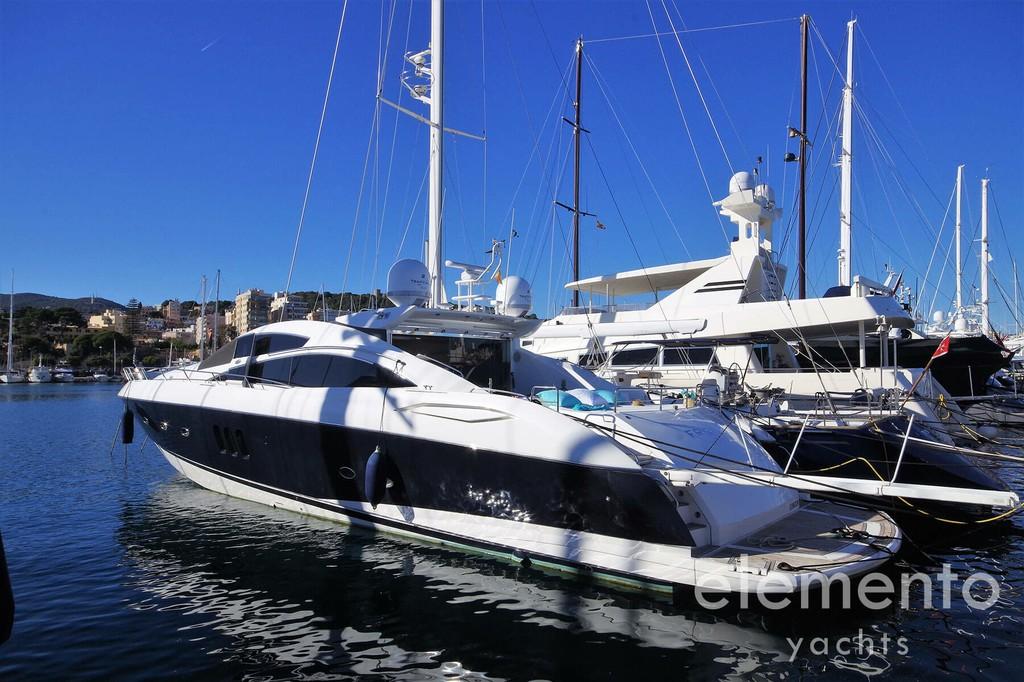 Yachtcharter auf Mallorca: Sunseeker Predator 82 im Hafen Palma liegend.
