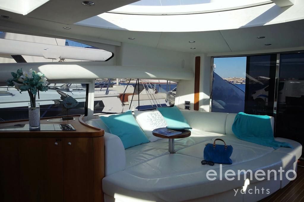 Yachtcharter auf Mallorca: Sunseeker Predator 82 beeindruckender Salon.