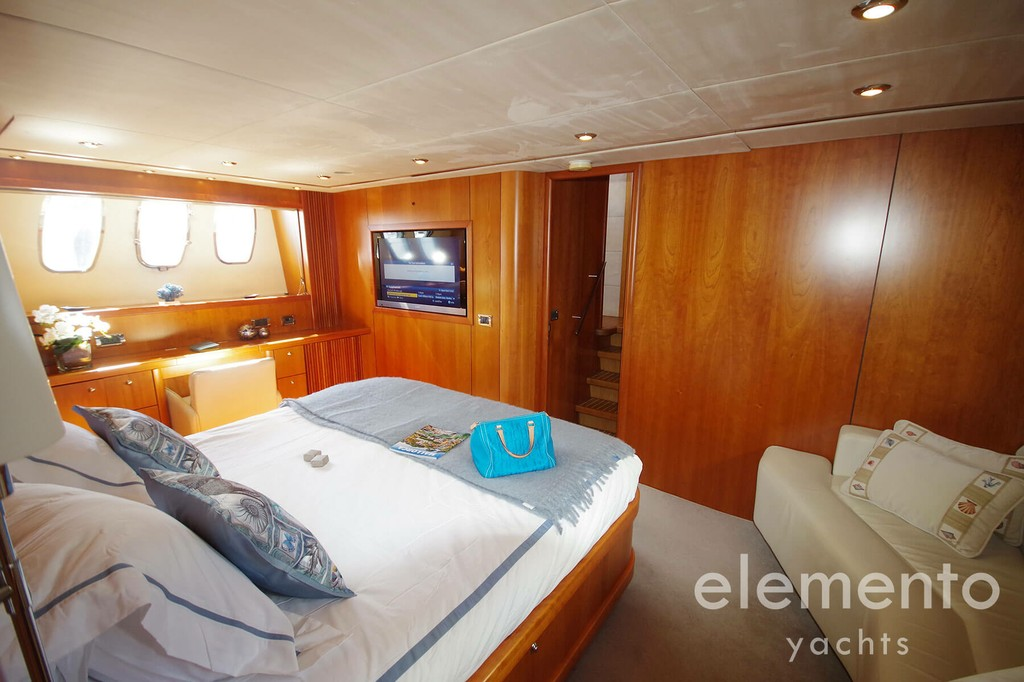 Yacht Charter in Majorca: Sunseeker Predator 82 master cabin with large bed.